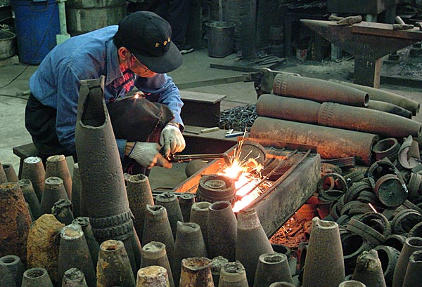 Kinmen blacksmith creating knives